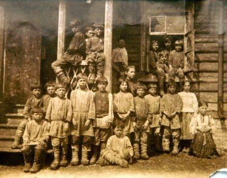 Крестьянские дети у крыльца сельской школы деревни Ясная Поляна