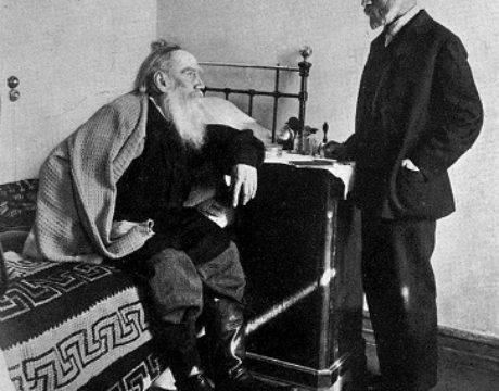 Лев Толстой в своей спальне в Ясной поляне, 1910 г.