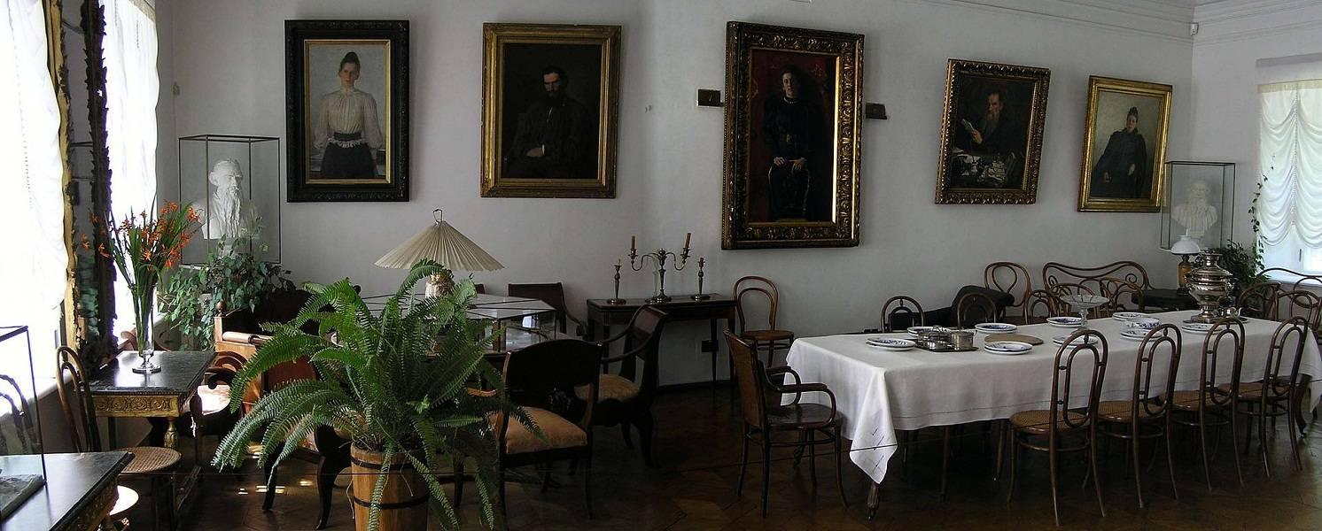 Вместе с архитектурным ансамблем этот ландшафт сохраняется уже более ста лет – по образцу 1910 года, последнего года жизни Толстого.