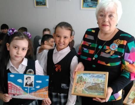 Ребята подготовили стихи и подарки ветерану